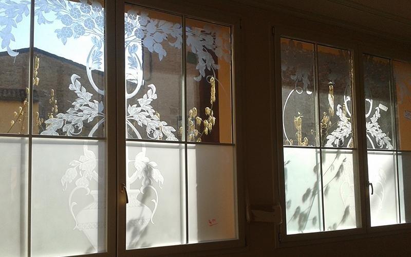 Finestra con vetro decorato