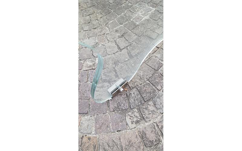 Panchina di vetro con dettagli acciaio