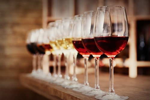 varie tipologie di vini in bicchiere