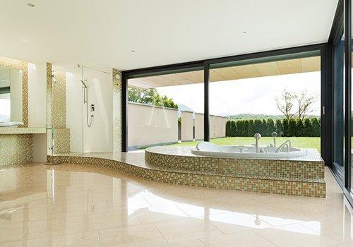 Sala da bagno con porte scorrevole di PVC nero