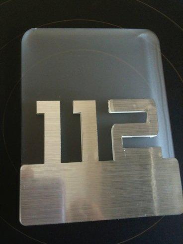 targa metallo e plexiglass