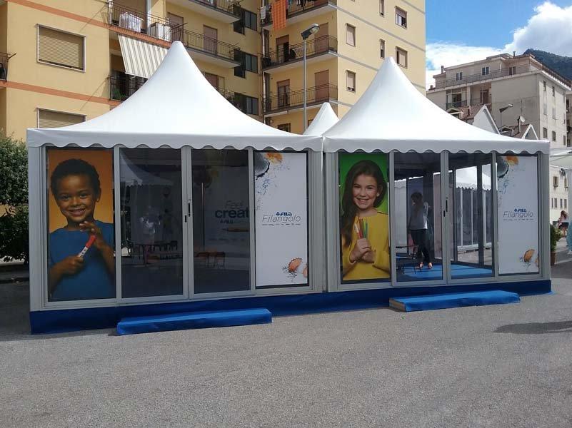 Stand del Giffoni Film Festival con porte d'entrata in vetro
