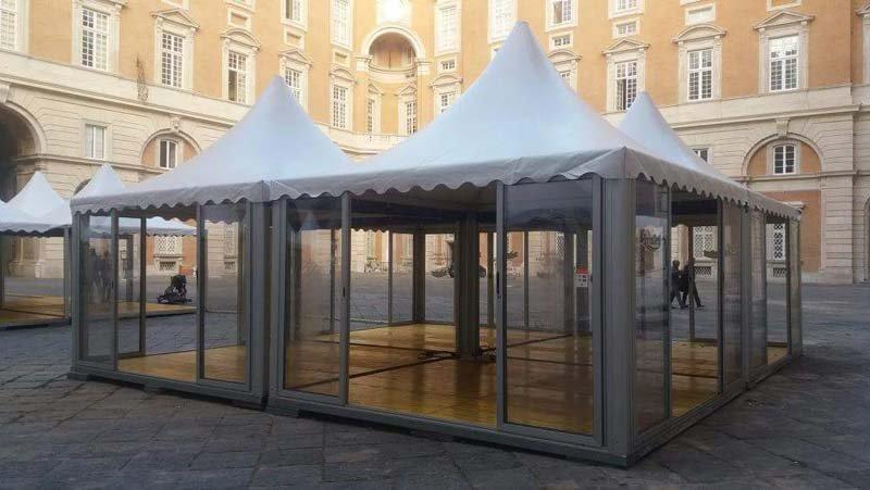 Pagode con entrata in vetro in una bella piazza