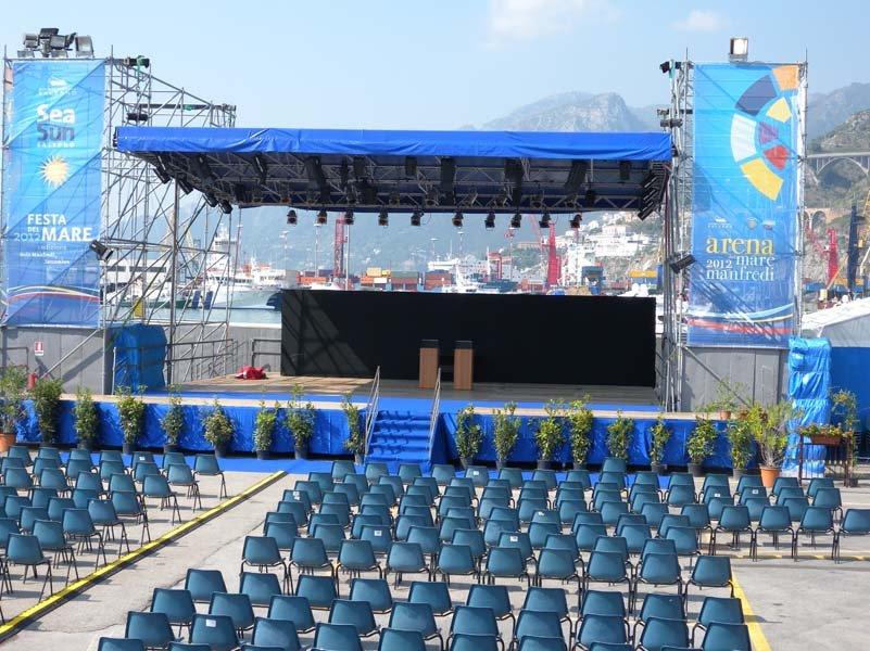 Ampio palco blu con sedie blu