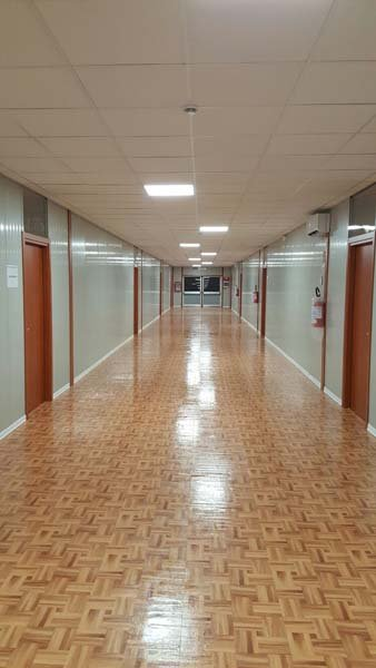 Ampio corridoio della scuola prefabbricata