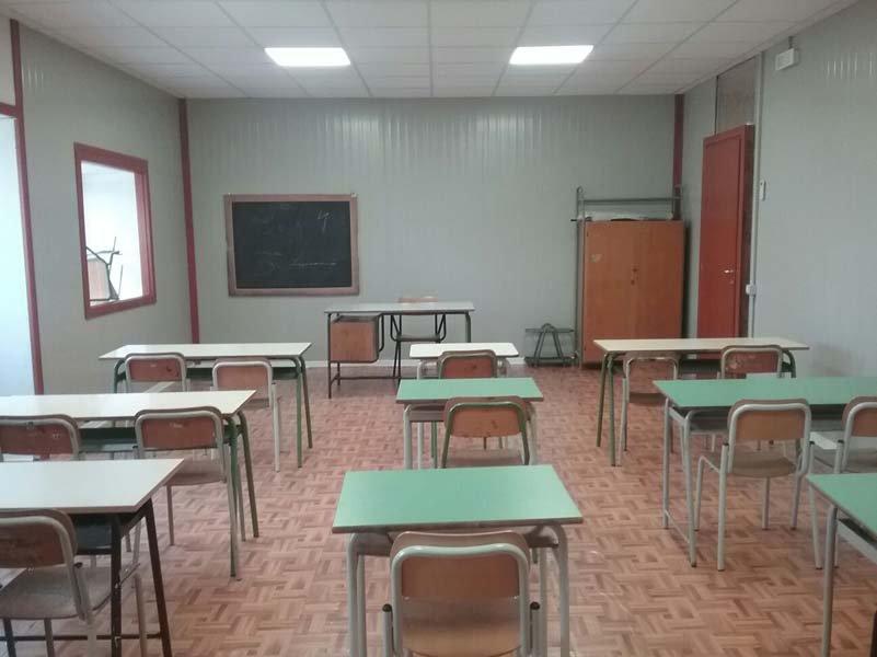 Interno dell'aula della scuola prefabbricata