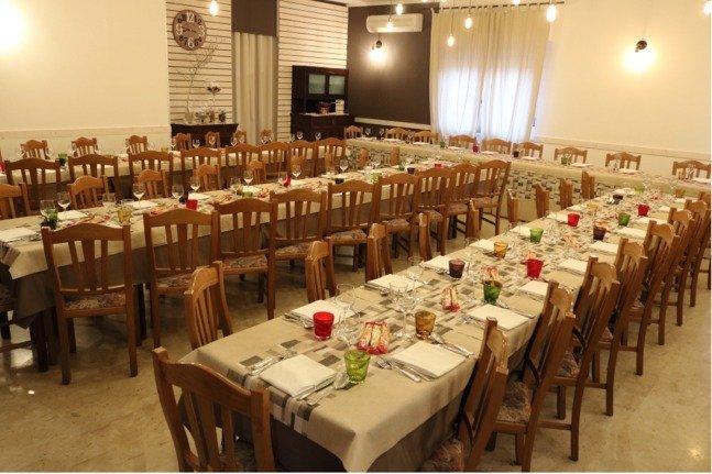 interno del locale con tavola imbandita per cerimonia