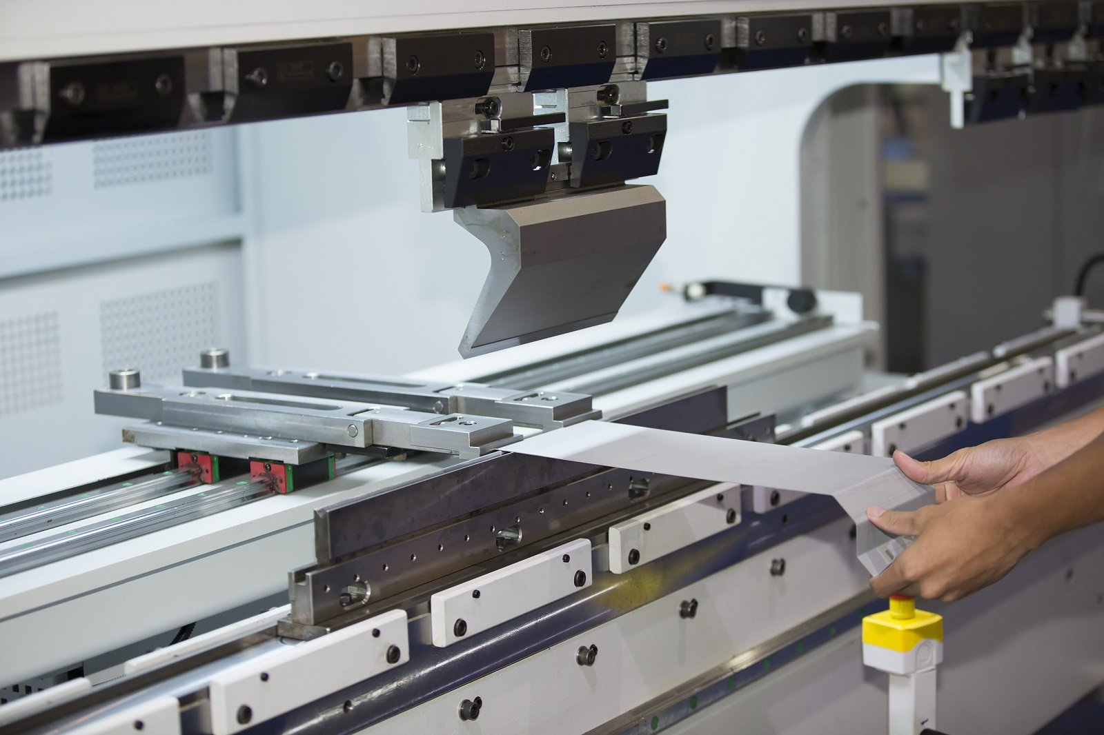 macchina che produce lamiera