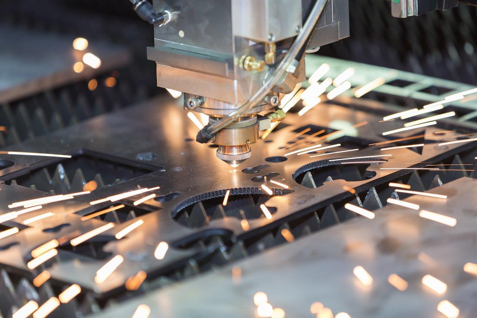 una punta di un macchinario che tocca una superficie di ferro e delle scintille