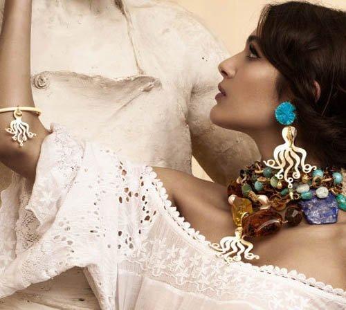 donna con indosso una collana con pietre preziose