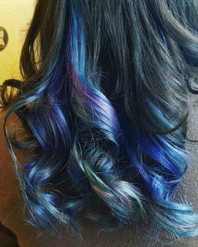 capelli neri mossi con punte blu