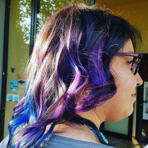 capelli mossi con riflessi blu e viola al sole