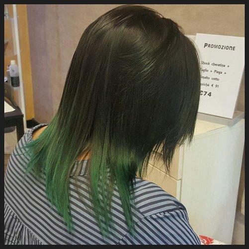 capelli neri lisci con punte verdi