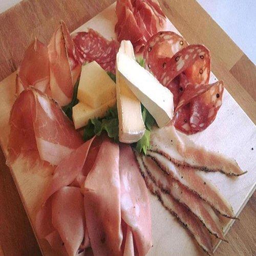 Piatto di antipasti con prosciutto,prosciutto cotto, salumi e formaggi