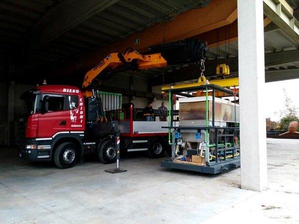 camion operazione carico macchinario pesante