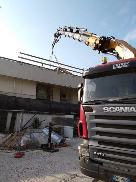 Gru sollevamento coperture edili