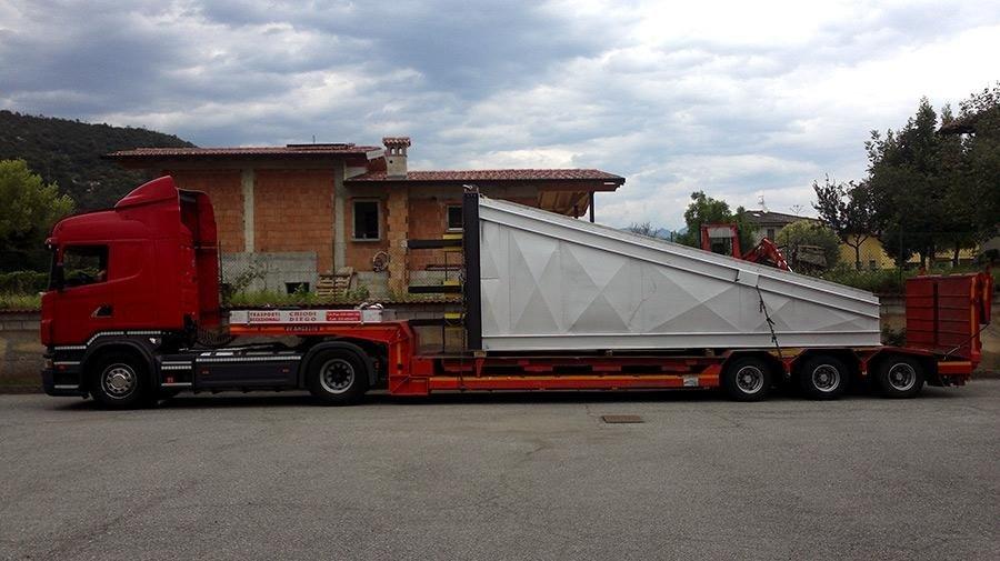 trattore con semirimorchio ribassato e innesto trasporto carpenteria