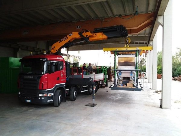 camion con rimorchio con braccio meccanico