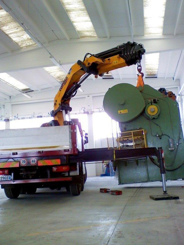 operazione spostamento macchinario con braccio meccanico