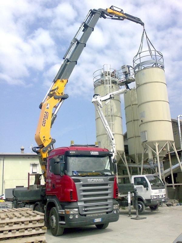 motrice con gru per posizionamento silos