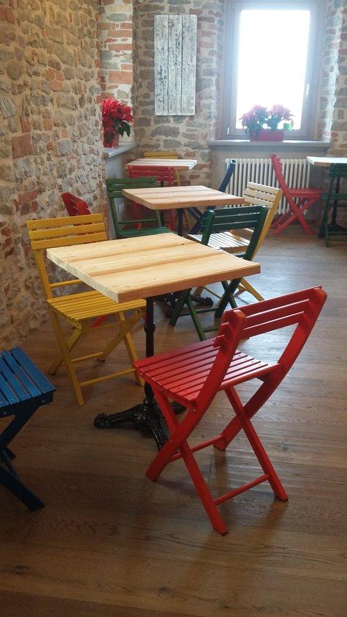 sedie e tavoli colorati