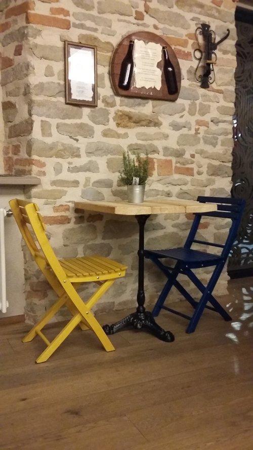 tavolo con sedie gialle e blu