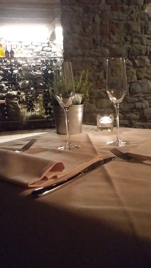 tavolo apparecchiato con calici