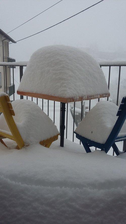 neve su sedie e tavolo