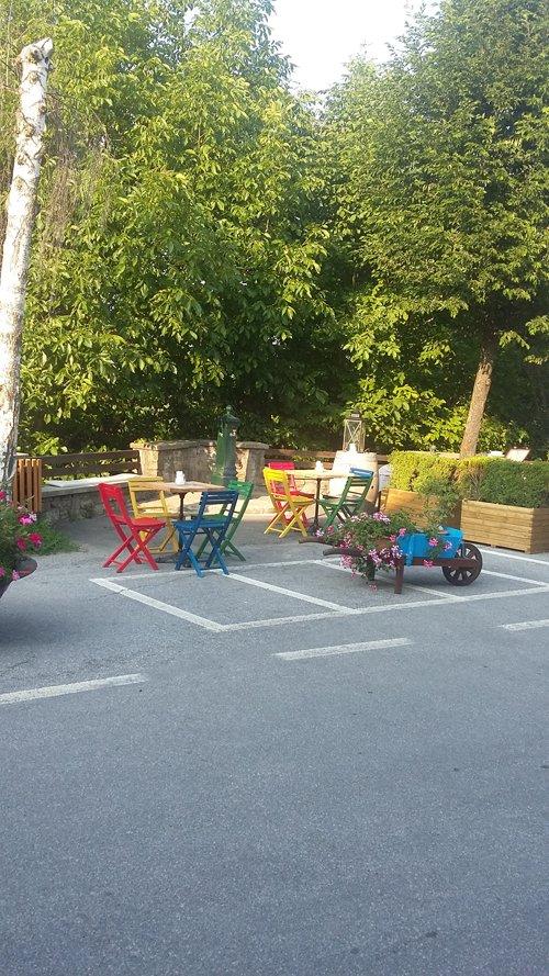 tavoli con sedie colorate