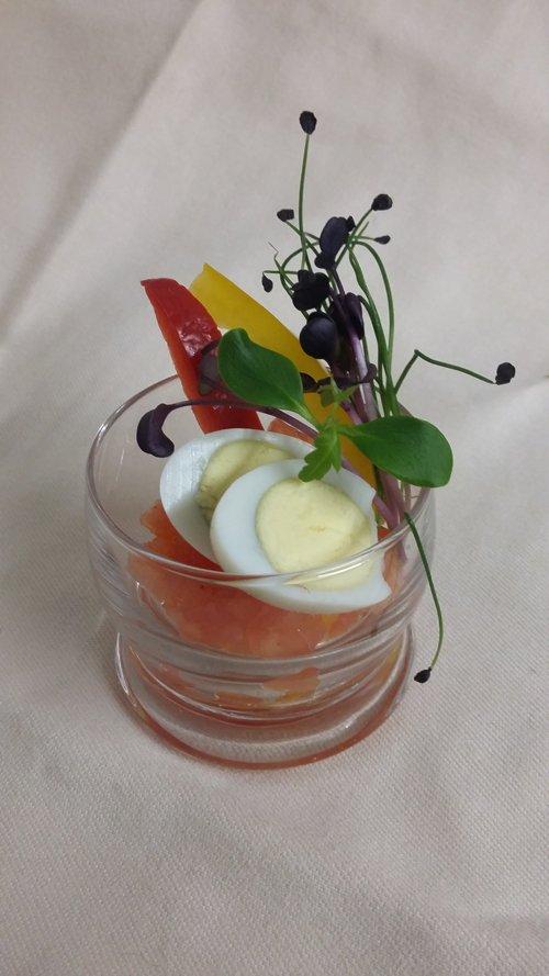degustazione fantasiosa di uovo e salmone dentro un bicchiere