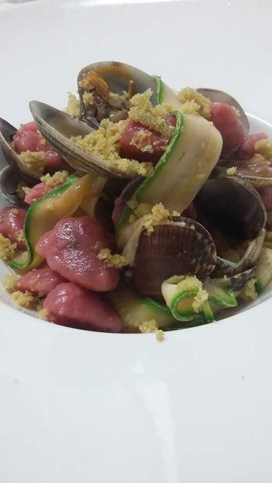 piatto di vongole veraci con zucchine