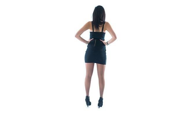 vista posteriore di una modella con mani sulla vita indossa calze modello Nudo 40 denari castagna