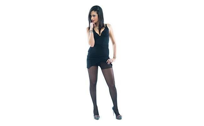 vista frontale di una modella che indossa calze 70 denari color nero