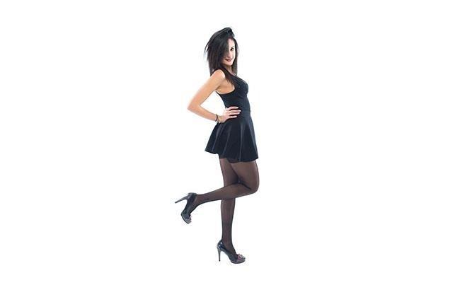 modella con gamba alzata indossa calze 70 denari classici color nero