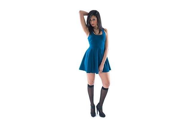 Gambaletto 70 nero  ragazza con vestita azzurro con una posa