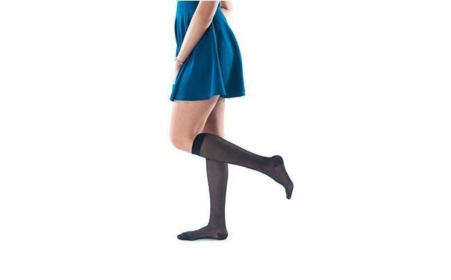 Gambaletto 70 nero ragazza con vestita azzurro