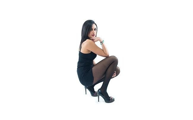 modella con mano sul mento indossa calze modello nero 40 denari