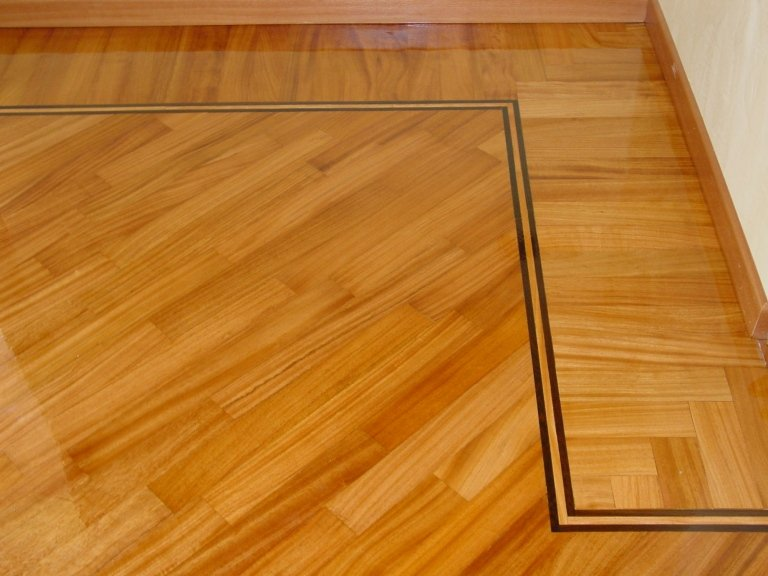 Pavimento in legno massiccio con decorazioni