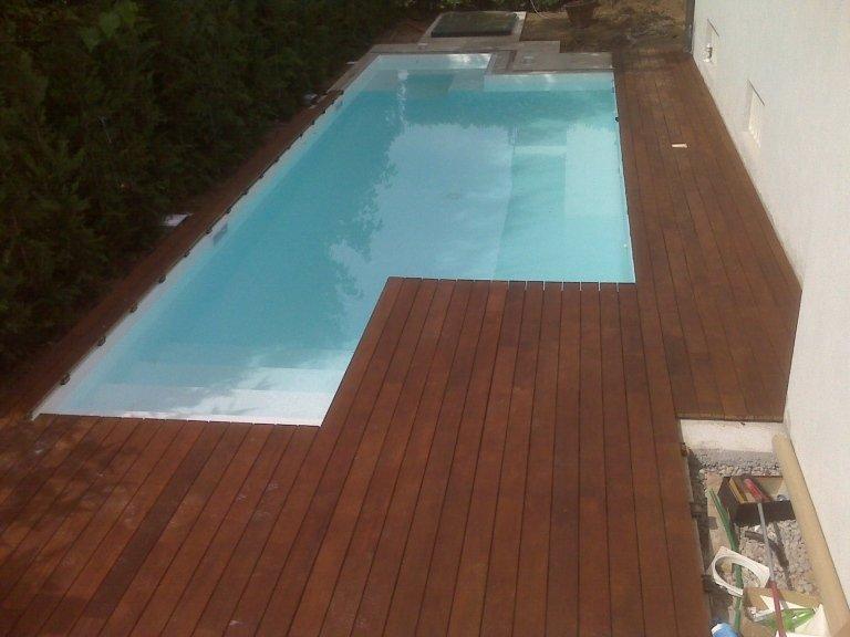 Listoni da esterno su bordi piscina posati da Barbieri Parquet