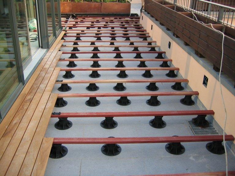 Listoni da esterni su terrazzo posati da Barbieri parquet (fase di posa)