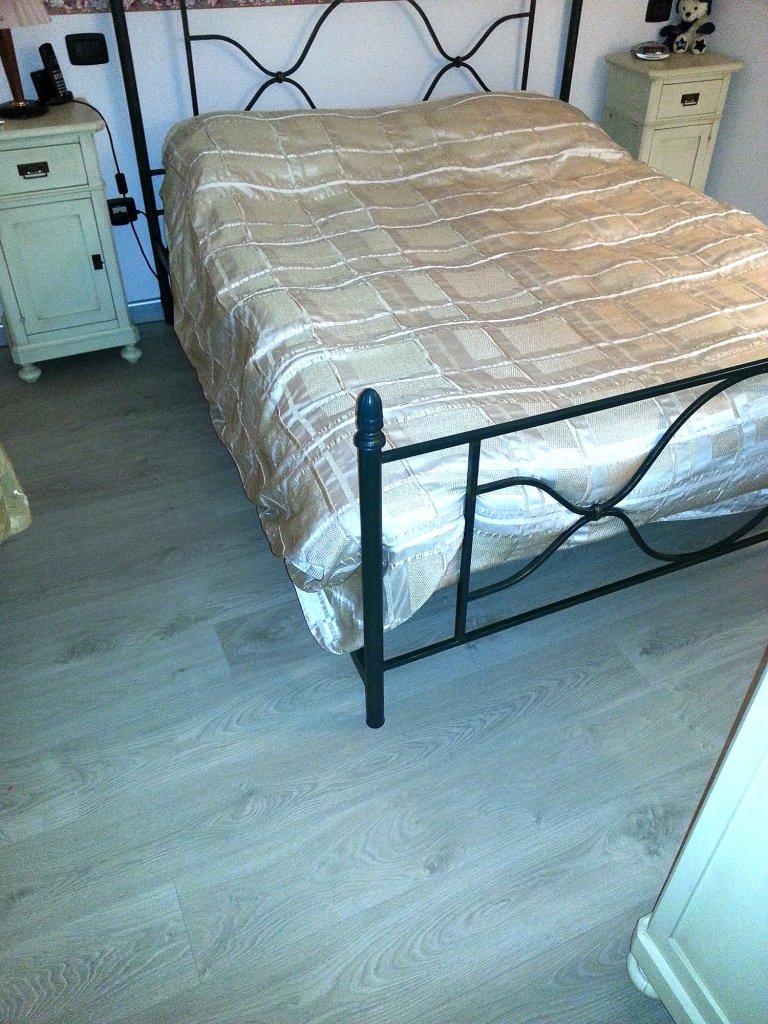 Camera da letto con parquet laminato posato da Barbieri