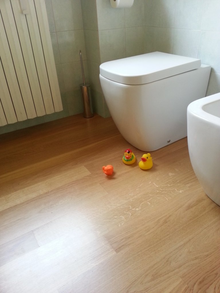 Parquet prefinito colore legno naturale posato in bagno