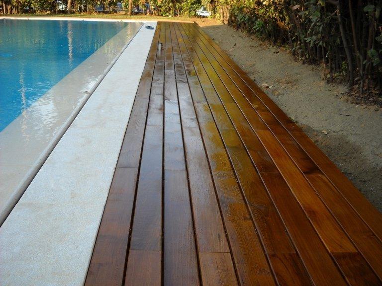 Listoni da esterno posati a bordi piscina da Barbieri Parquet