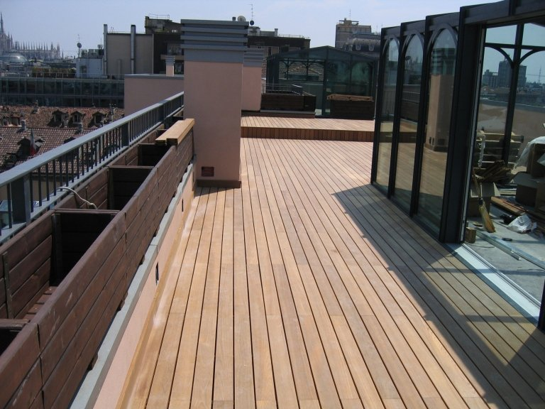 Listoni da esterno su terrazzo posati da Barbieri parquet