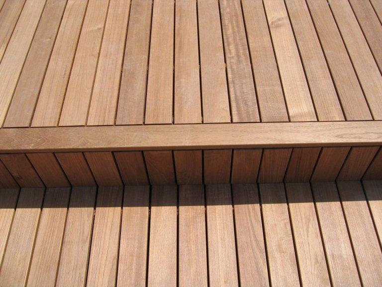 Dettaglio pavimentazione in listoni da esterno posati da Barbieri Parquet