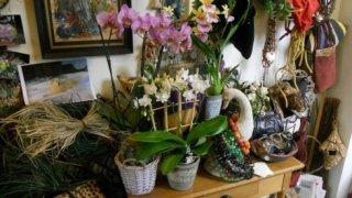 cesti di vimini, composizioni floreali, fiori