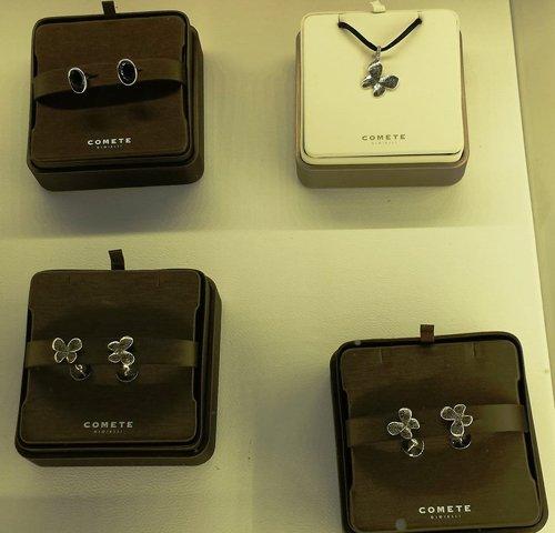 orecchini e collane a marchio COMETE