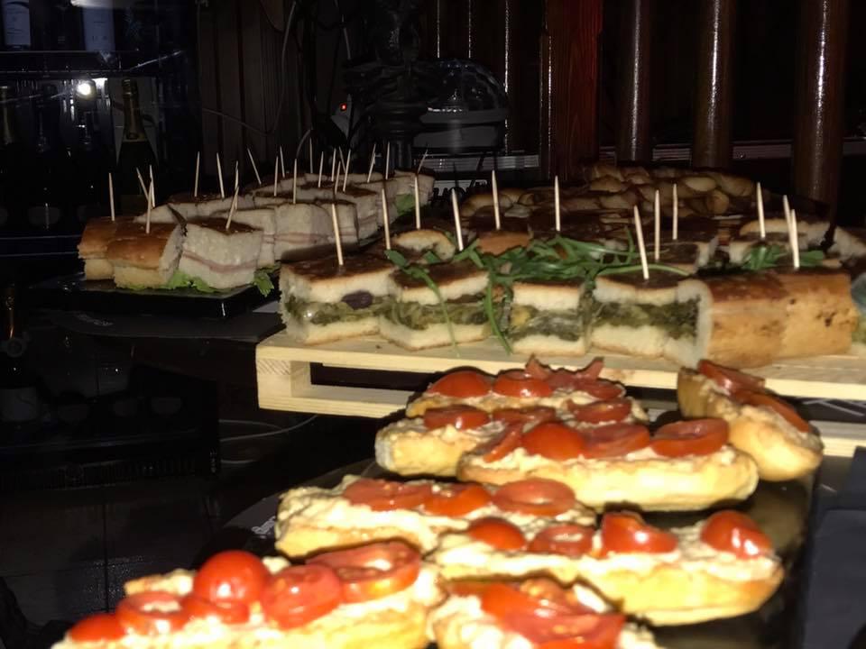 delle fette di pane con dei pomodorini e piccoli sandwich