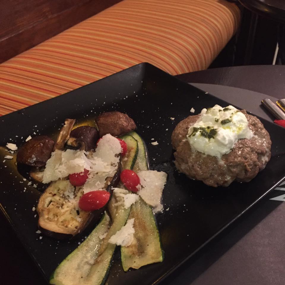 un piatto con carne,zucchine, pomodorini e altro