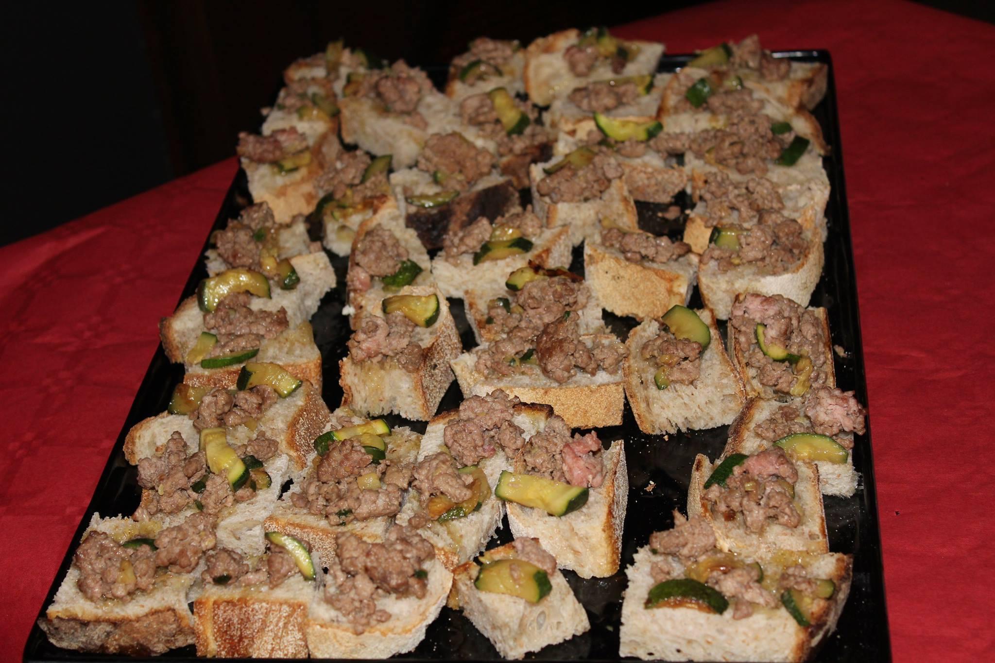 delle fette di pane con carne e zucchine